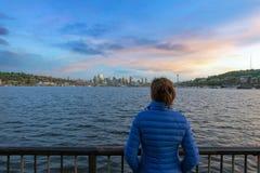 Aufpassender Sonnenuntergang über Seattle-Skylinen stockbild