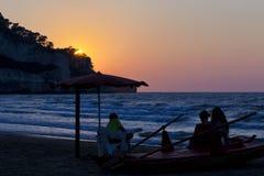 Aufpassender Sonnenuntergang der Familie auf einem Leibwächterboot für Ferien und Sommerferienkonzept Lizenzfreie Stockbilder