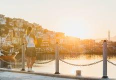 Aufpassender Sonnenuntergang der jungen blonden Frau Stockfoto