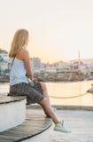 Aufpassender Sonnenuntergang der jungen blonden Frau Lizenzfreie Stockfotografie