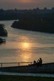 Aufpassender Sonnenuntergang 01 der jungen Paare Stockfoto