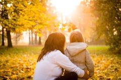 Aufpassender Sonnenuntergang der Mutter und des Kindes Lizenzfreie Stockbilder