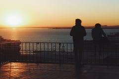Aufpassender Sonnenuntergang der Paare in Lissabon stockbild
