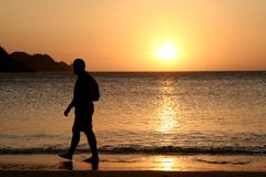 Aufpassender Sonnenuntergang des Mannes lizenzfreie stockfotografie