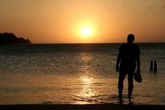 Aufpassender Sonnenuntergang des Mannes Lizenzfreies Stockbild