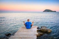 Aufpassender Sonnenuntergang des Mannes über ionischem Meer Lizenzfreie Stockfotografie