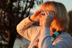Aufpassender Sonnenuntergang durch Sonnenbrille Stockfotografie