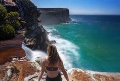 Aufpassender Wasserfallfluß in den Ozean stockfotografie