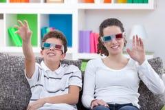 Aufpassendes Fernsehen mit Gläsern 3D Stockbild
