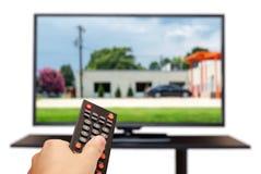 Aufpassendes Fernsehen und Anwendung des Fernprüfers Stockfotos
