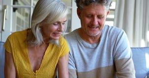 Aufpassendes Fotoalbum der älteren Paare auf dem Portal 4k stock video footage