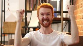 Aufpassendes Match im Fernsehen, Aufregung durch jungen Mann gewinnend stock video footage