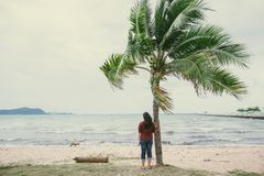 Aufpassendes Ozeanmeer der einsamen Frau allein lizenzfreie stockfotos