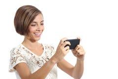 Aufpassendes Video der modernen Modefrau in einem intelligenten Telefon stockbild