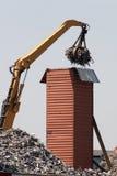 Aufrecht stehender Frachtbehälter, der mit Metallabfall beladen wird Lizenzfreie Stockfotos