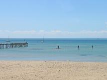 Aufrechte Paddelinternatsschüler in einem ruhigen See Lizenzfreie Stockfotos