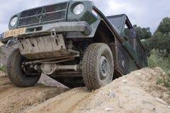 Aufregen weg von Straße drivig in einer gewinnenden Grube des Sandes Stockbild