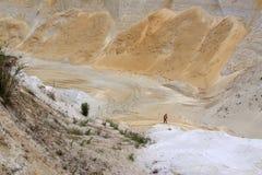 Aufregen weg von Straße drivig in einer gewinnenden Grube des Sandes Stockfotografie