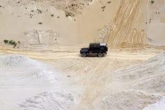 Aufregen weg von Straße drivig in einer gewinnenden Grube des Sandes Lizenzfreie Stockbilder