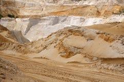 Aufregen weg von Straße drivig in einer gewinnenden Grube des Sandes Lizenzfreies Stockbild