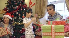 Aufregender Weihnachtsmorgen stock video