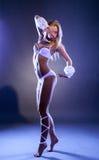 Aufregendes junges Mädchen, das barfuß in Studio tanzt Stockfoto