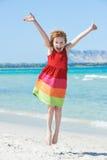 Aufregendes kleines Mädchen am Seestrand Stockfoto