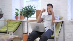 Aufregung des Erfolgs durch Meister-afrikanischen Designer, Sieger stock footage