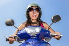 Aufregungsfrau, die Motorrad fährt Stockbild