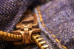 Aufreißlasche und Zähne von Jeans eines Reißverschlussdenims stockfotos