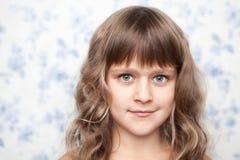 Aufrichtiges junges Kind des Portraits, das Kamera betrachtet Stockfoto