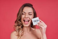 Aufrichtiges Lächeln Attraktive junge Frau, die Mund offen und ho hält lizenzfreie stockbilder