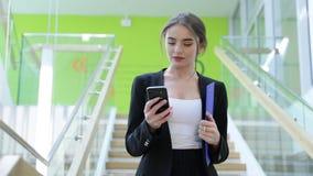aufruf Geschäftsfrau, die am Handy in der Büromitte spricht stock video