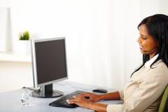 Aufrufbediener der schwarzen Frau auf Arbeit Stockbilder