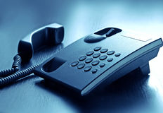Aufruftelefon mit Netzkabel im Büro Stockfotografie