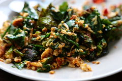 Aufruhr, der Huhn und vegetabele im Wok brät Stockbild