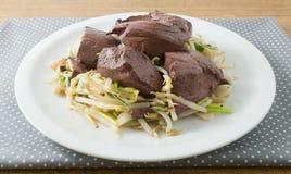 Aufruhr Fried Bean Sprouts mit Schweinefleisch-Blutwurst Stockfoto