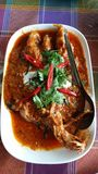 Aufruhr Fried Local Fish im roten Curry und in der Kokosmilch Stockbilder