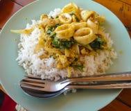 Aufruhr Fried Squid mit Curry Stockfotografie