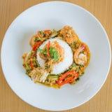 Aufruhr Fried Yellow Curry mit Meeresfrüchten Stockbild