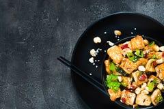 Aufruhr gebratener Tofu, Acajoubaum, Paprika Kopieren Sie Raum, Draufsicht Lizenzfreies Stockfoto