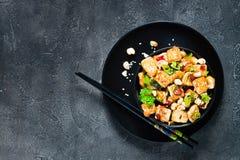 Aufruhr gebratener Tofu, Acajoubaum, Paprika Kopieren Sie Raum, Draufsicht Lizenzfreies Stockbild