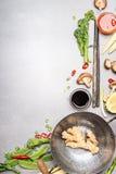 Aufruhrfischrogenbestandteile mit Wok und Essstäbchen Asiatische Küche, die Bestandteile auf grauem Steinhintergrund kocht Lizenzfreies Stockfoto