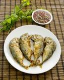 Aufschlag der Garnelenpaste-Paprika-Soße (Nam Prik Ka Pi) mit Fried Indi Stockfoto