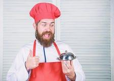 Aufschlagsnahrung K?che kulinarisch Mann h?lt K?chentellerbeh?lter im Restaurant Gesundes Lebensmittelkochen Reifer Hippie mit Ba stockfotografie