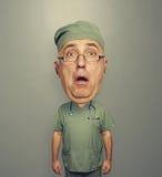 Aufschneider überraschter Doktor in den Gläsern und in der Uniform Lizenzfreies Stockfoto
