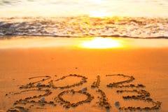 Aufschrift 2012 und 2013 auf einem Strandsand Lizenzfreies Stockfoto