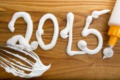 Aufschrift 2015 auf dem Brett mit Sahne Lizenzfreies Stockfoto