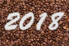 Aufschrift 2018 auf dem Hintergrund von Kaffeebohnen Stockbilder