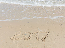 Aufschrift 2017 auf dem mit gelbem Sand Stockbild